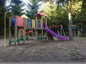 Duży, w leśnym otoczeniu plac zabaw